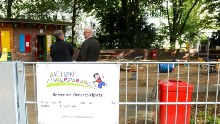 """Bis März 2021 werden die """"Parktanten"""", die ehrenamtlichen Mitarbeiter des Projektes """"Aktion Kinderparadies"""", noch bei Wind und Wetter auf 18 betreuten Spielplätzen in Hamburg stehen und gegen ein geringes Entgelt unsere Kinder betreuen. Dann ist Schluss; denn von der SPD geführten Sozialbehörde werden sie kurzerhand eingespart. Dabei geht es lediglich um eine finanzielle Förderung in Höhe von rund 58.000 Euro jährlich für alle 18 betreuten Spielplätze. """"Das sind Peanuts, wenn man bedenkt, was derzeit an Mitteln für andere Projekte locker gemacht wird"""", kritisiert Gunther Herwig, Bezirksabgeordneter aus Uhlenhorst. Soll """"Aktion Kinderparadies"""" wirklich der Corona-Pandemie zum Opfer fallen, weil sie die Zahlen der nöti- gen Betreuung in diesem Frühjahr durch den Lockdown und Zwangsschließung nicht erbringen konnte? Herwig ist empört: """"Wollte unser Finanzsenator Dressel sich nicht großzügig zeigen und nicht gegen die Krise ansparen? Jetzt wird einem sinnvollen und notwendigen Projekt der Geldhahn zugedreht. Der rot- grüne Senat legt hier eine Gangart an den Tag, die unsozial ist."""" Herwig setzt sich im Bezirk Hamburg-Nord für den Erhalt von insgesamt sieben betreuten Spielplätzen ein und hinterfragt mit einer Kleinen Anfrage die aktuelle Situation und Möglichkeiten, zur Rettung des Projektes. Der Politiker: """"Wir wollen die Fortfüh- rung des Projektes erreichen. Wenn keine Mittel von der Sozialbehörde kommen, dann aus dem Bezirk. Dazu binden wir gern die anderen Bezirke und auch den Senat mit ein."""" Besonders in der Pandemie-Zeit ist es wichtig, dass Eltern und Kinder die Möglichkeit haben, sich zu erho- len und auch Auszeiten voneinander zu bekommen. """"Angebote, wo Kinder stundenweise auf Spielplätzen betreut werden, sind für mich gerade jetzt unverzichtbar"""", sagt Gunther Herwig weiter. Hintergrund: Seit 1952 gibt es in Hamburg ein Angebot für eine Kinderbetreuung auf Spielplätzen, was seinerzeit durch ehrenamtlich engagierte """"Parktanten"""" erfolgte ist heute mit dem Verein"""