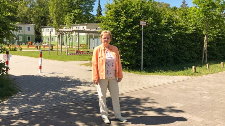 Wahlkreisabgeordnete Martin Lütjens vor dem Grundstück, das neu bebaut werden soll.