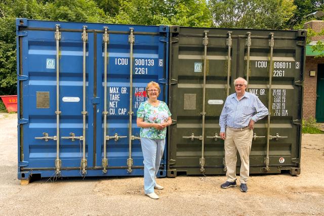 Wahlkreisabgeordnete Martina Lütjens und Arnold Meinecke, Erster Vorsitzender des Heimatvereins Klein Borstel, freuen sich, dass die Container nun einen neuen Standort haben und die Zwistigkeit mit dem Bezirksamt Hamburg-Nord beigelegt werden konnte. Foto: CDU Hamburg-Nord