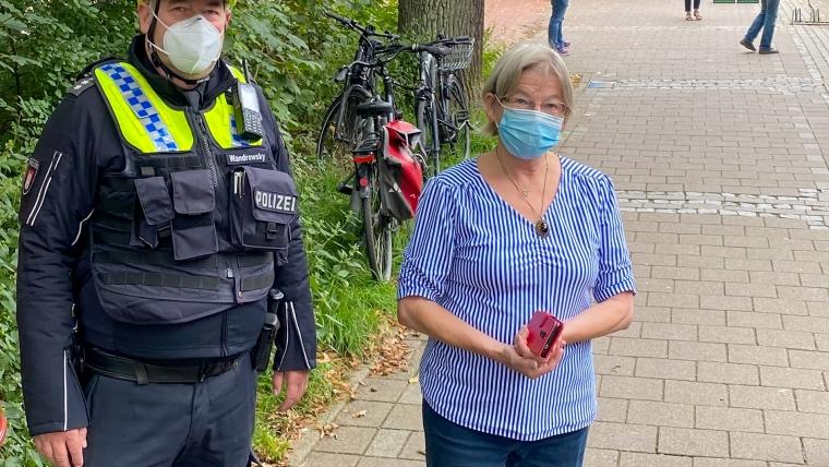 Die Bezirksabgeordnete Dr. Petra Sellenschlo und der Bürgernahe Beamte Jens Wandrowsky machten sich ein Bild von der Situation am Schmuggelstieg während eines Wochenmarktes. Foto: CDU Hamburg-Nord